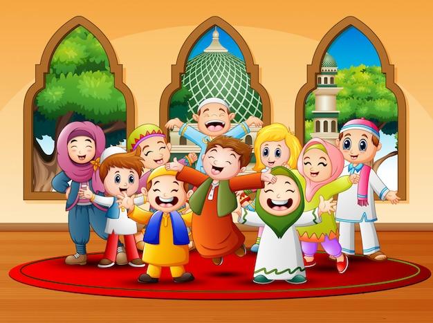 Glückliche kinder feiern für eid mubarak in der moschee