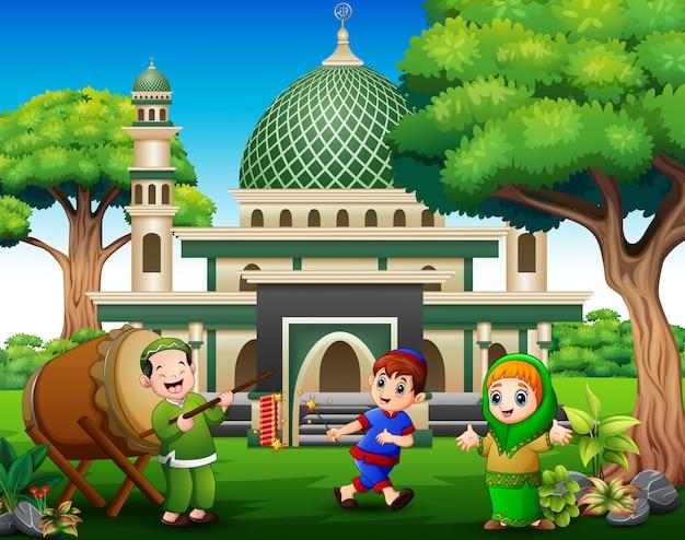 Glückliche kinder feiern für eid mubarak mit feuerwerkskörpern