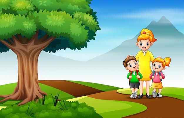 Glückliche kinder gehen mit ihrer mutter zur schule