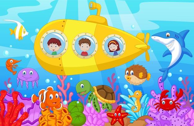 Glückliche kinder im unterseeboot auf dem meer