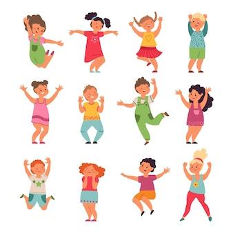 Glückliche kinder. karikaturkinder, springende mädchenjungen im vorschulalter. emotionale kleine lustige leute spielen, isolierte süße aktive freunde vektorset. illustration kind emotion, vorschulkinder illustration