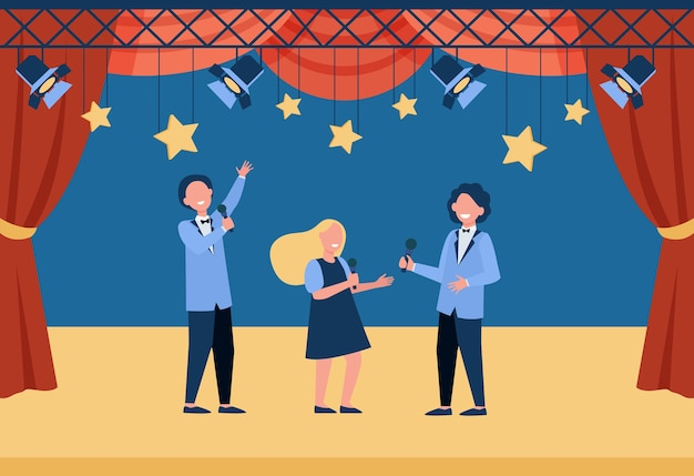 Glückliche kinder mit mikrofonen, die auf der bühne auftreten, rollen im schultheater spielen oder singen.