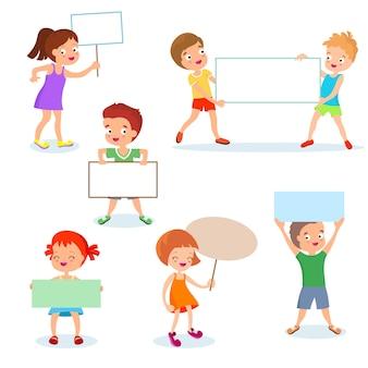 Glückliche kinder mit papierkarten und fahnen. karikaturkinder, die leere zeichen anhalten. vektor festgelegt