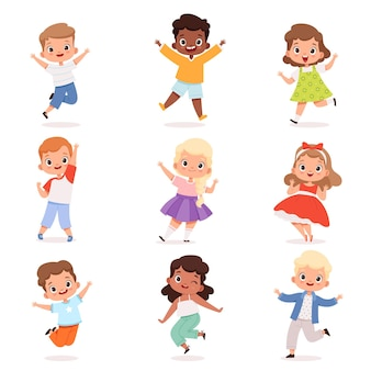 Glückliche kinder. nette spielende kinder in aktion werfen vektorjungen und -mädchen auf. illustrationskindheitscharakter, kindergruppensprung