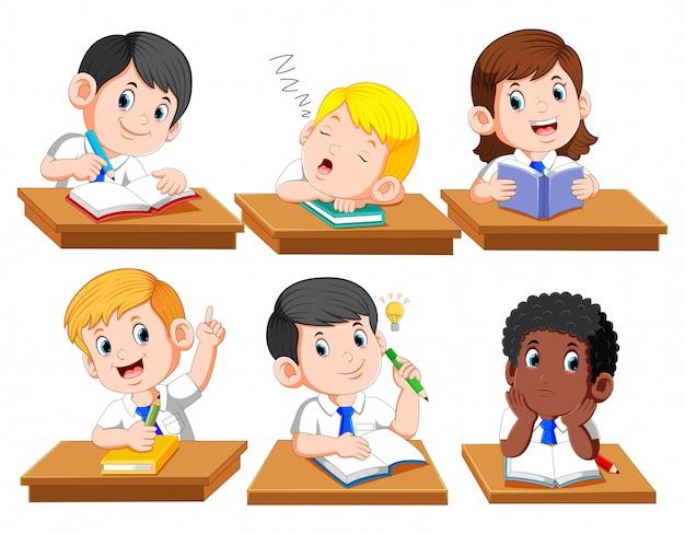 Glückliche kinder oder kinder, die an der schreibtischschule sitzen