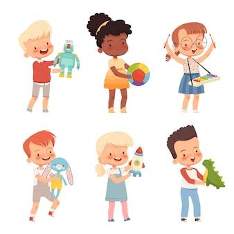 Glückliche kinder spielen mit verschiedenen spielsachen, halten sie in ihren händen. lustige kinder verschiedener nationalitäten mit lieblingsspielzeug. auf einem weißen hintergrund isoliert.