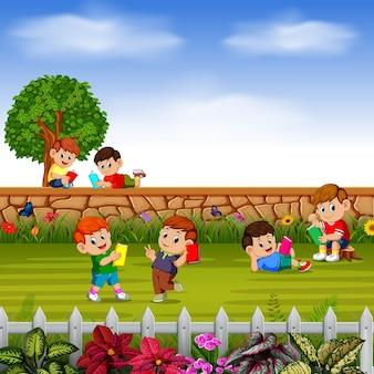 Glückliche kinder spielen zusammen