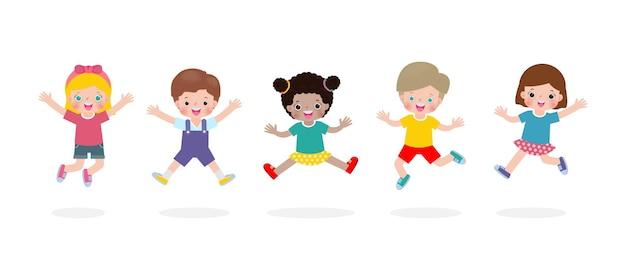 Glückliche kinder springen und tanzen im park kinderaktivitäten kinder, die auf dem spielplatz spielen