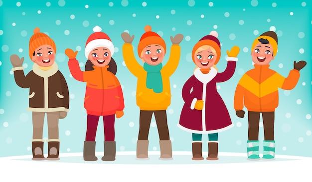 Glückliche kinder winken mit den händen vor dem hintergrund der winterlandschaft