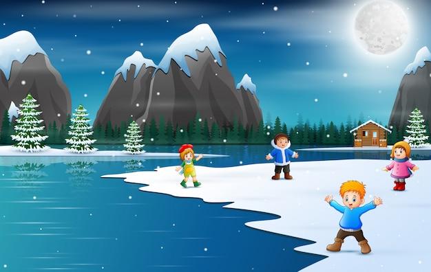 Glückliche kinderkarikatur in der winterzeit