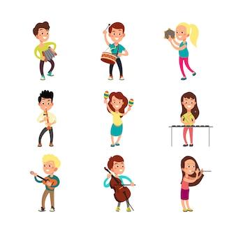 Glückliche kindermusiker mit musikinstrumenten. begabte kinder, die die musik spielen, die eingestellten karikaturvektorcharaktere singen und tanzen