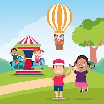 Glückliche kindertagesfeier mit den kindern, die auf dem gebiet spielen