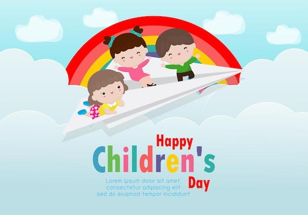 Glückliche kindertageskarte mit glücklichen drei kindern, die auf einem papierflugzeug im bewölkten himmel mit regenbogen fliegen