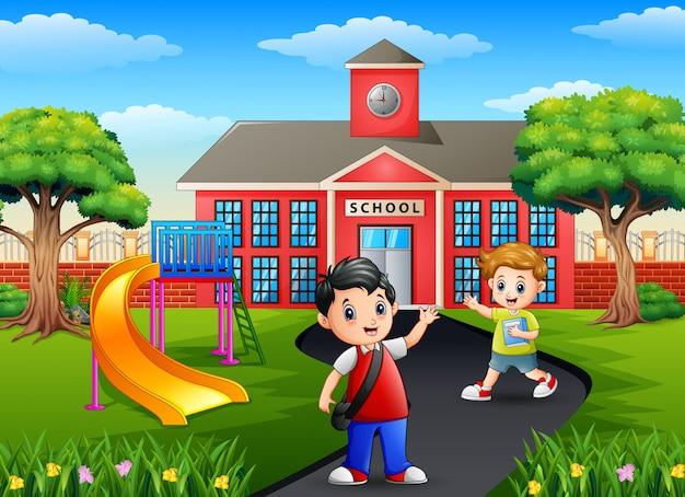 Glückliche kleine jungen der karikatur, die zur schule gehen