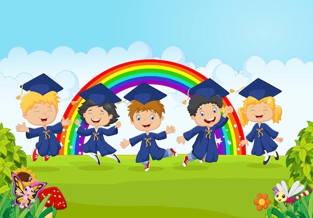 Glückliche kleine kinder feiern ihren abschluss