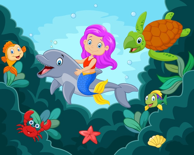 Glückliche kleine meerjungfrau, die im ozean spielt