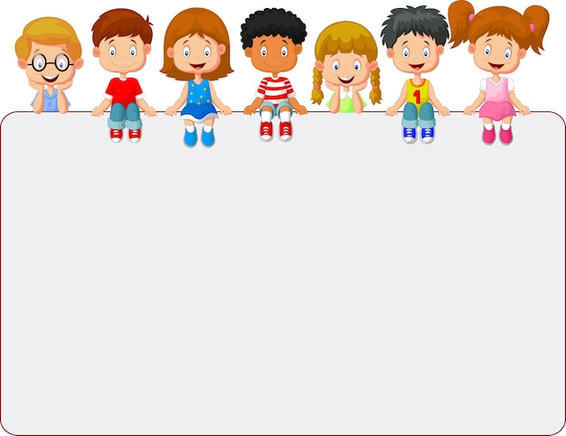 Glückliche lächelnde gruppe kinder, die leeres plakatbrett zeigen
