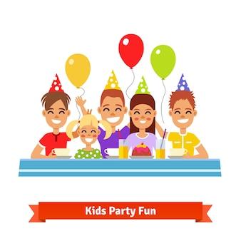 Glückliche lächelnde kinder, die spaß auf geburtstagsfeier haben