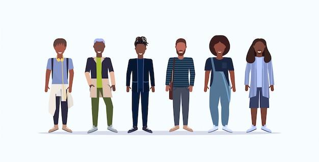 Glückliche lässige männer, die zusammen lächelnde kerle mit verschiedenen frisuren stehen, die modische kleidung männliche zeichentrickfiguren voller länge weißer hintergrund horizontal tragen