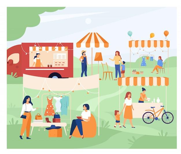 Glückliche leute am straßensaison-flohmarkt