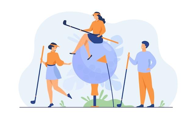 Glückliche leute, die golf mit messing und ball auf rasen spielen, ihr hobby genießen, spaß haben.