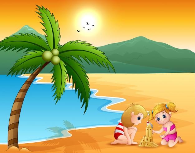 Glückliche mädchen bauen ein schloss aus dem sand