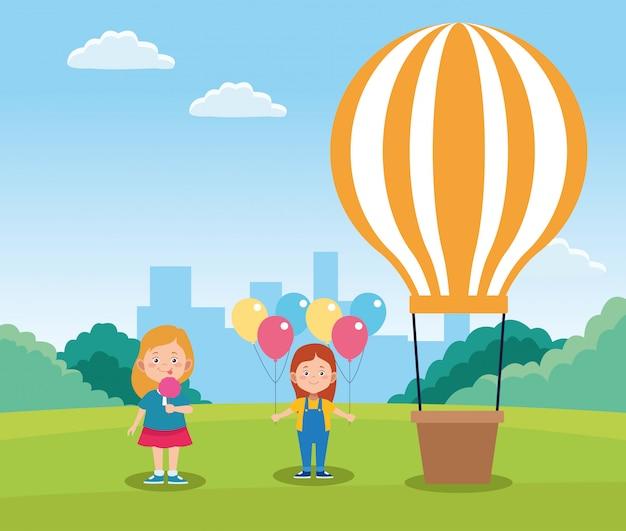Glückliche mädchen der karikatur und heißluftballon auf dem gebiet