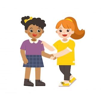 Glückliche mädchen, die stehen und hände schütteln, machen frieden. glückliche gemischtrassige kinder beste freunde. glückliche mädchen fangen sich gegenseitig die hand. schulfreundschaft.