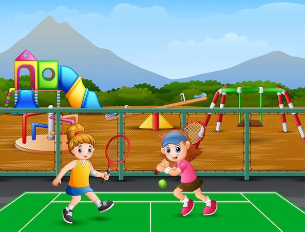 Glückliche mädchen, die tennis an den gerichten spielen