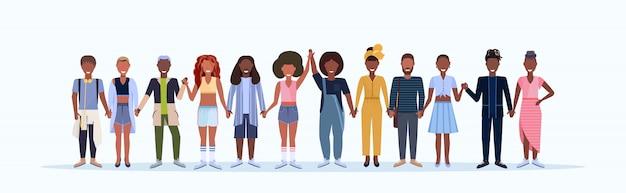 Glückliche männer frauen, die zusammen lächelnde menschen mit verschiedenen frisuren stehen, die trendige kleidung tragen männliche weibliche zeichentrickfiguren in voller länge weißer hintergrund horizontal