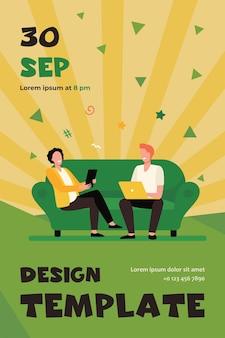 Glückliche männer sitzen zusammen und benutzen geräte. treffen von freunden, pc, geräte flache flyer vorlage