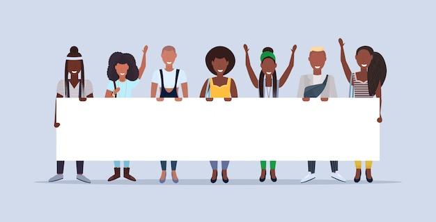 Glückliche männerfrauen, die zusammenhalten und leere plakatschild-demonstrationskonzept lächelnde menschen männliche weibliche zeichentrickfiguren in voller länge horizontal halten