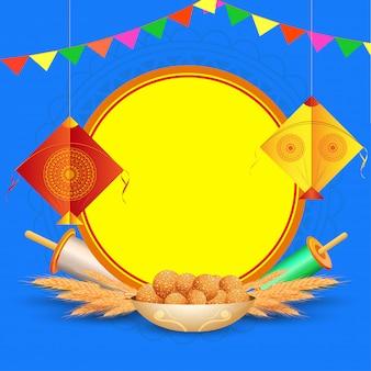 Glückliche makar sankranti grußkarte mit hängendem drachen, schnurspule, weizenähre und indischem bonbon (laddu) auf blau mit copyspace für ihre mitteilung.