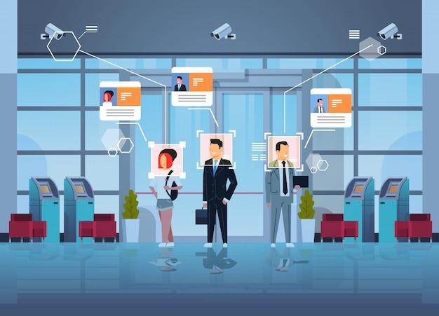 Glückliche menschen stehen finanzabteilung mit geldautomaten geldautomaten identifizierung überwachung cctv gesichtserkennung business center halle innen überwachungskamerasystem