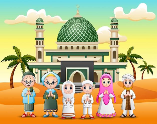 Glückliche moslemische familie, die in der frontseite eine moschee wünscht