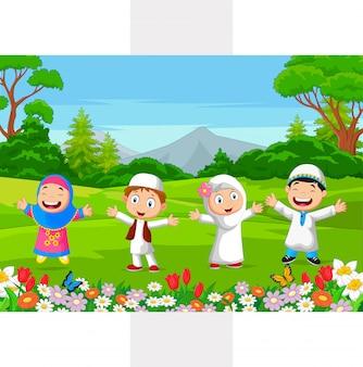 Glückliche moslemische kinder, die im park spielen