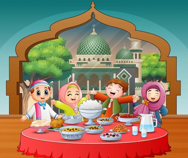 Glückliche moslemische kinder, welche die iftar-party feiern