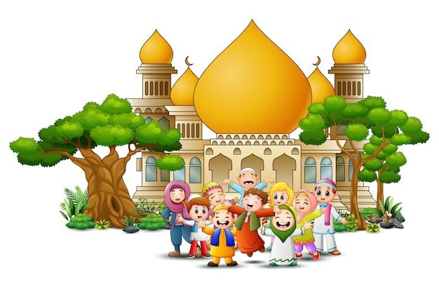 Glückliche moslemische kinderkarikatur vor einer moschee