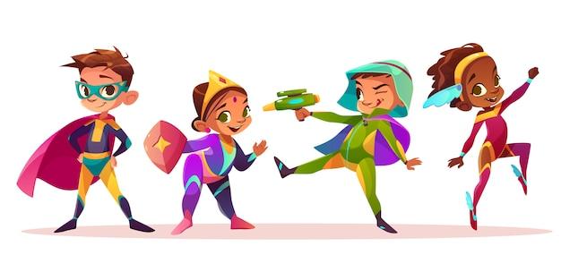 Glückliche multiethnische kindercharaktere, die spaß in den superhelden oder in den märchenkostümkarikatur-vektorillustration lokalisiert auf weißem hintergrund spielen und haben. vorschulkind jungen und mädchen kostümierte party