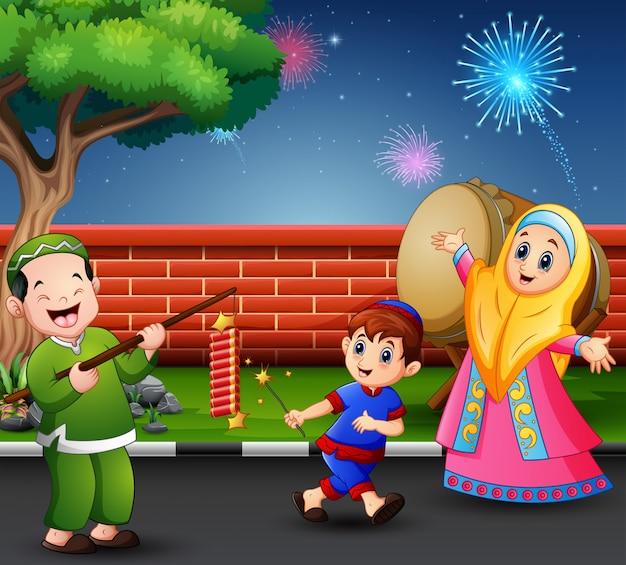 Glückliche muslime feiern für eid mubarak mit kracher