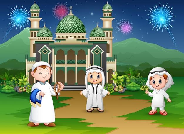 Glückliche muslime feiern für eid mubarak
