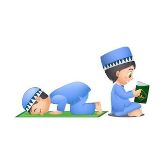 Glückliche muslimische jungen, die koranbuch lesen und beten