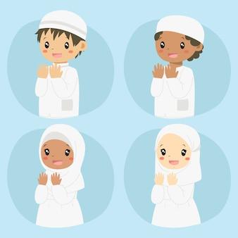 Glückliche muslimische kinder, die beten