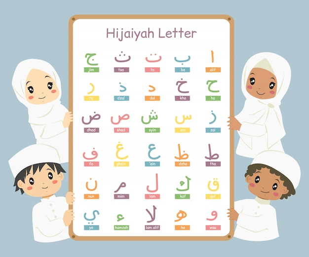 Glückliche muslimische kinder, die ein whiteboard mit bunten arabischen oder hijaiyah-buchstaben halten.