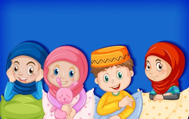 Glückliche muslimische kinder im pyjama