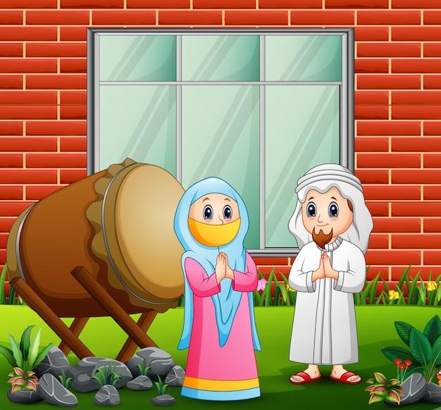 Glückliche muslimische paare gratulieren eid mubarak
