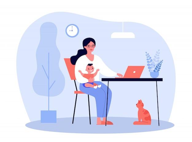 Glückliche mutter, die baby hält und online zu hause arbeitet