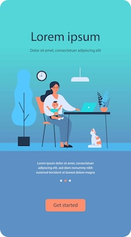 Glückliche mutter, die baby hält und online zu hause wohnung arbeitet