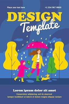 Glückliche mutter, die im regentag mit hund und sohn lokalisiertes flaches plakat geht. karikaturmutter und -kind in regenmänteln mit dackel