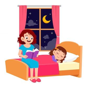 Glückliche mutter erzählt der tochter im schlafzimmer eine geschichte